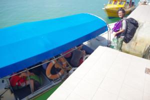プルフンティアン島へ行く船に乗船