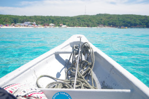 プルフンティアン島の海をボートから見る