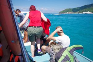 プルフンティアン島の海上で船間を移動