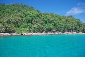 プルフンティアン島の海青い!