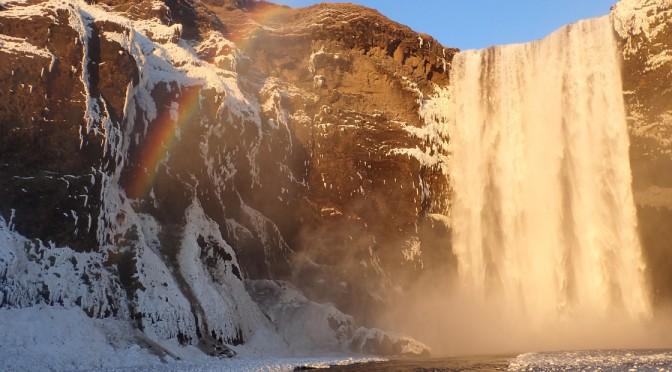 レイキャビクからアイスケイブ〜アイスランドの自然を堪能〜