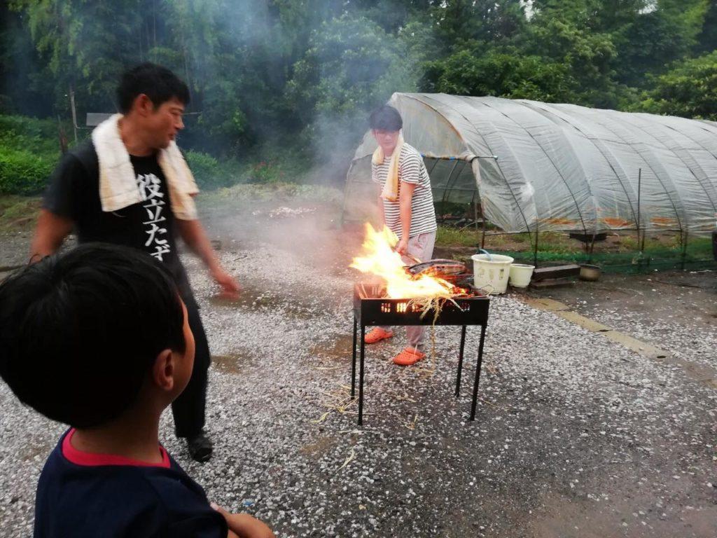 カツオの藁焼き体験。藁の火の上でカツオを焙る
