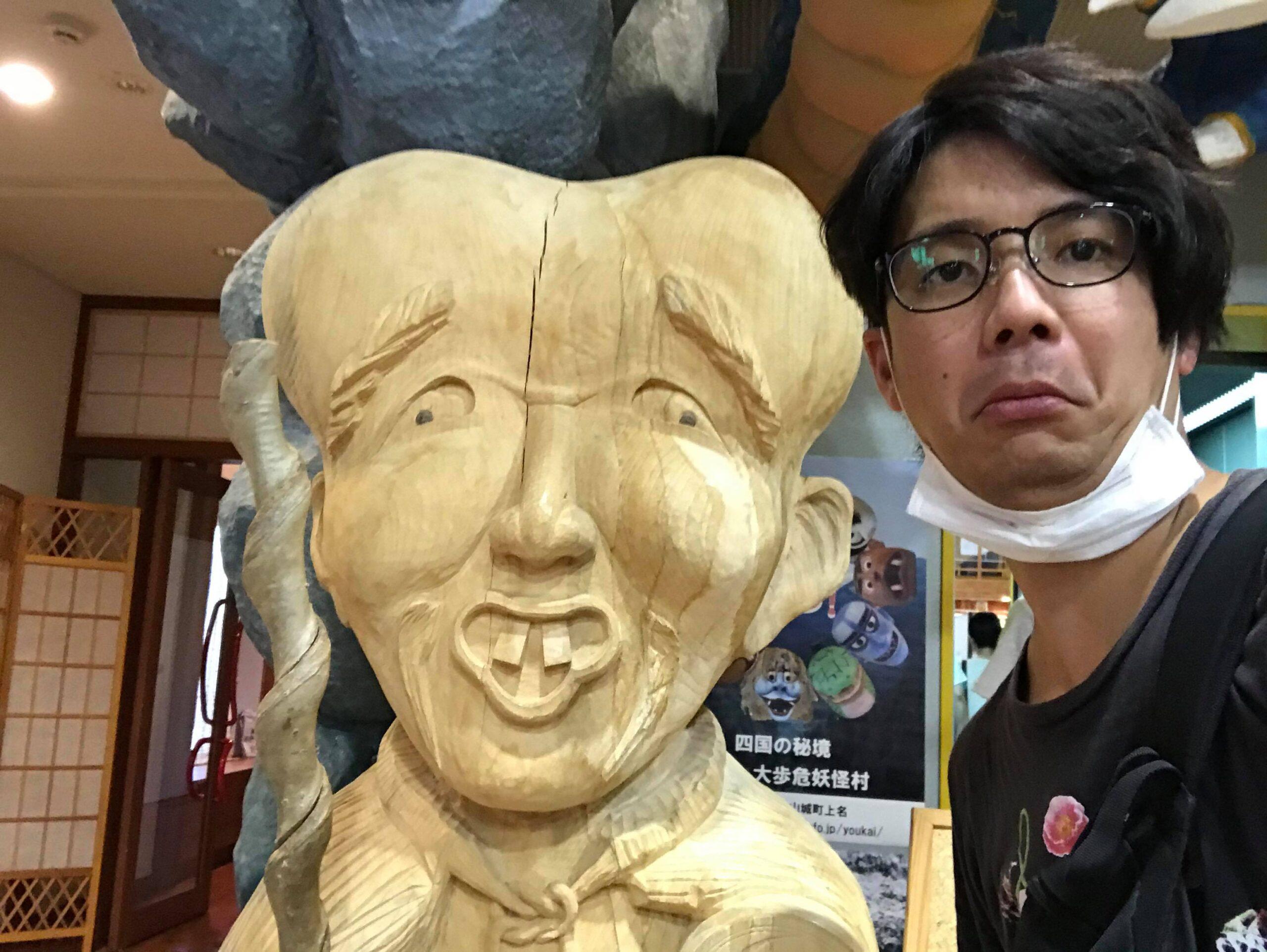 こなきじじいの木彫りと写真