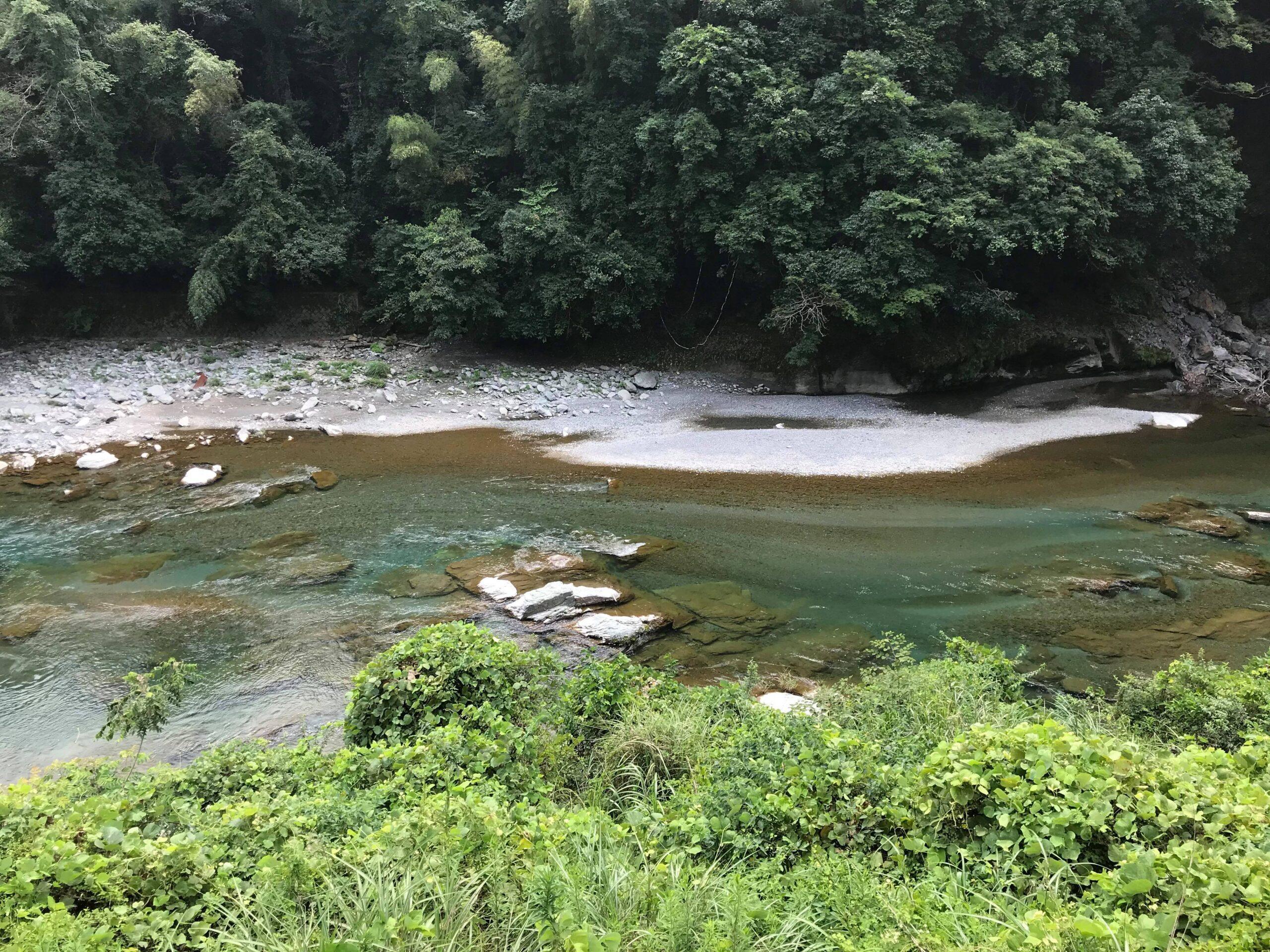 途中見える穴吹川